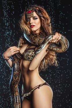 девушка под каплями со змеей