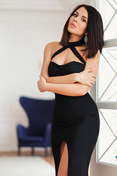 модель в черном платье карандаш