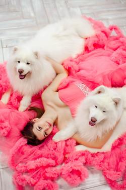 красивая девушка в пышном розовом платье с самоедами