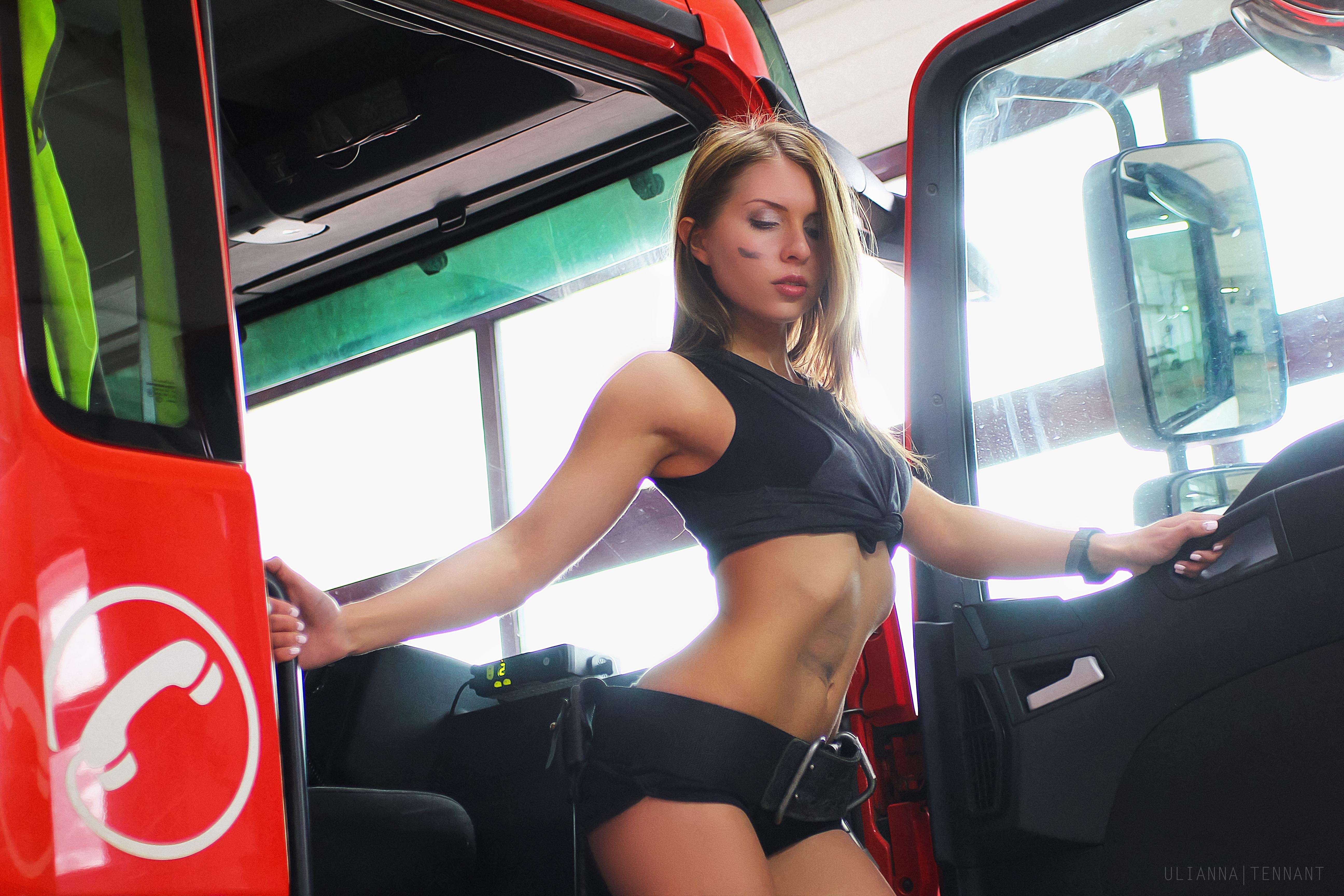 Девушка пожарная