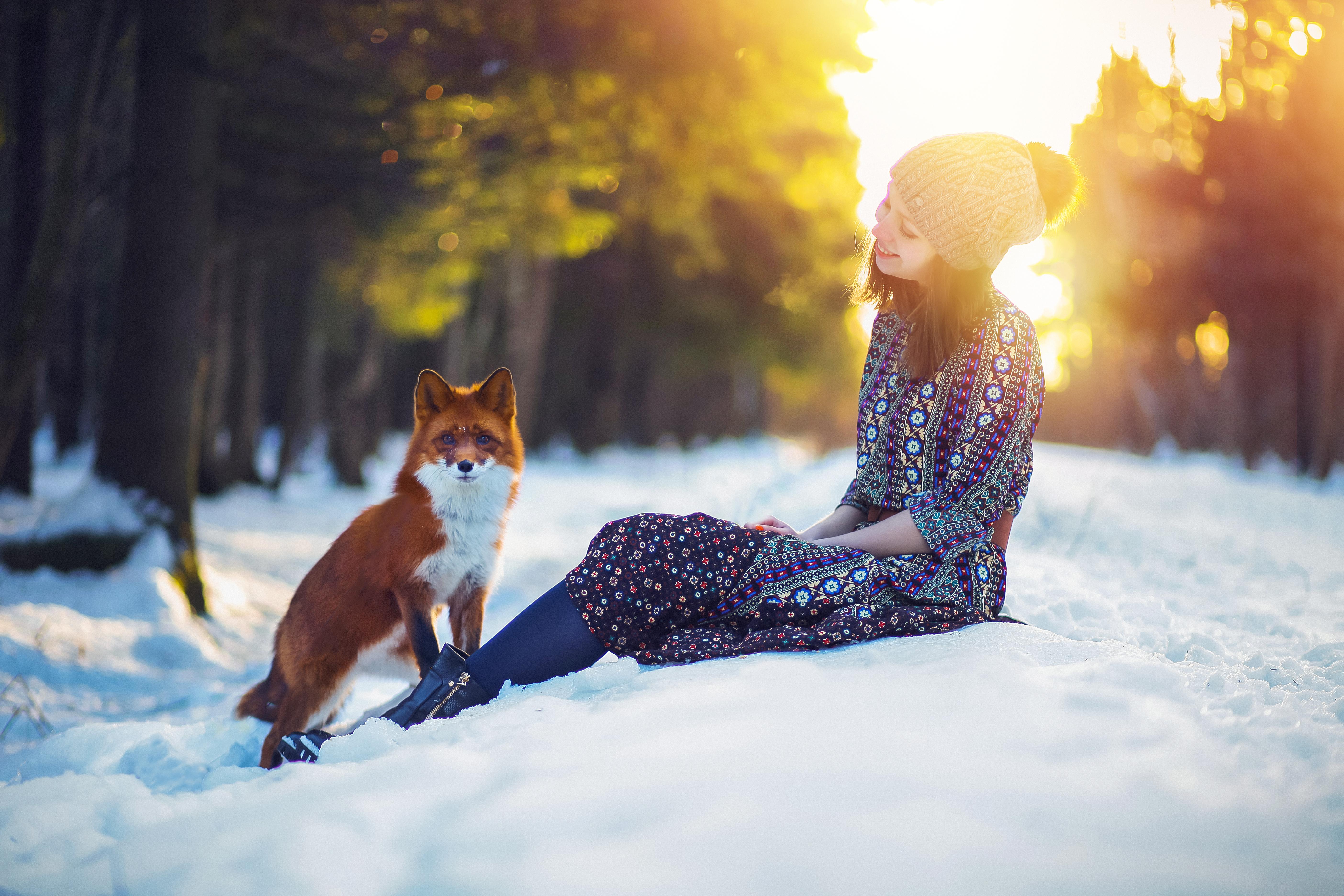 солнечное фото девушки с рыжей лисой