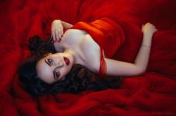 очаровательная и яркая брюнетка в красном