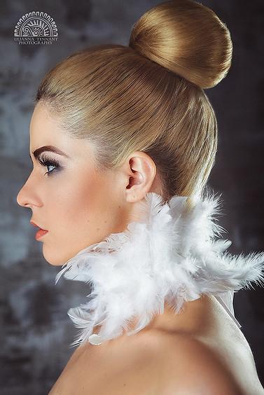 бьюти портрет девушки с перьями