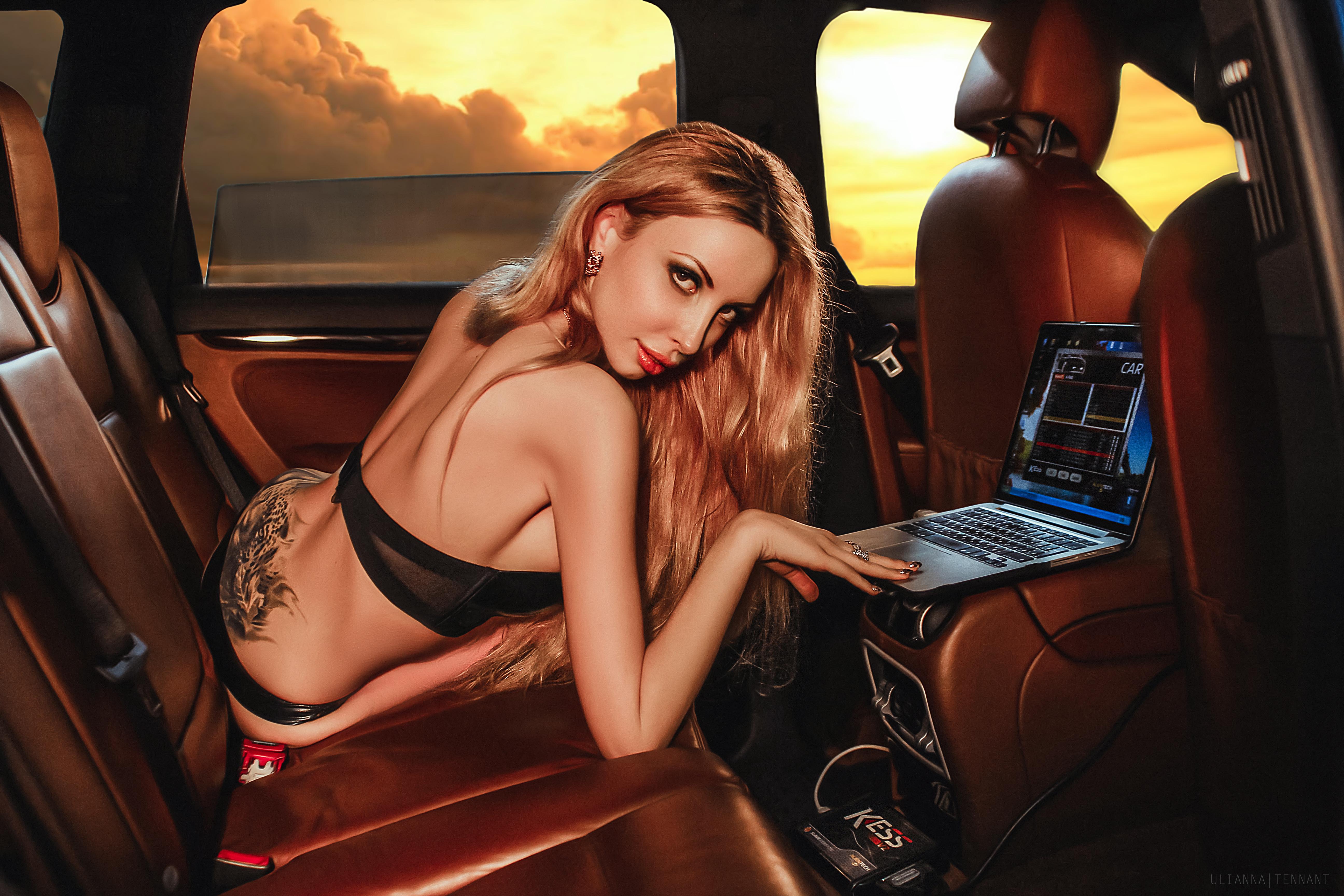 Красивая блондинка в машине