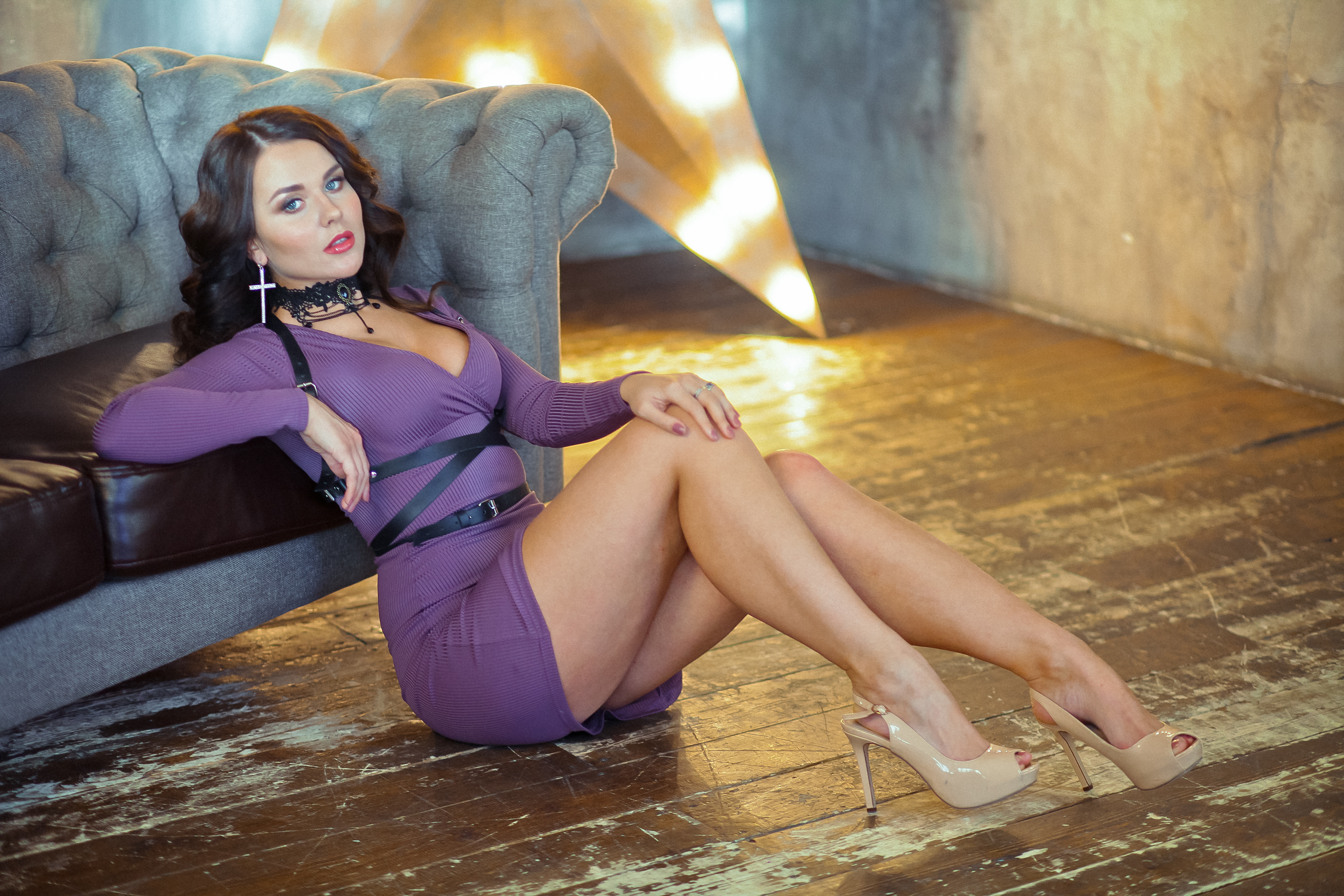 стройная брюнетка в фиолетовом платье