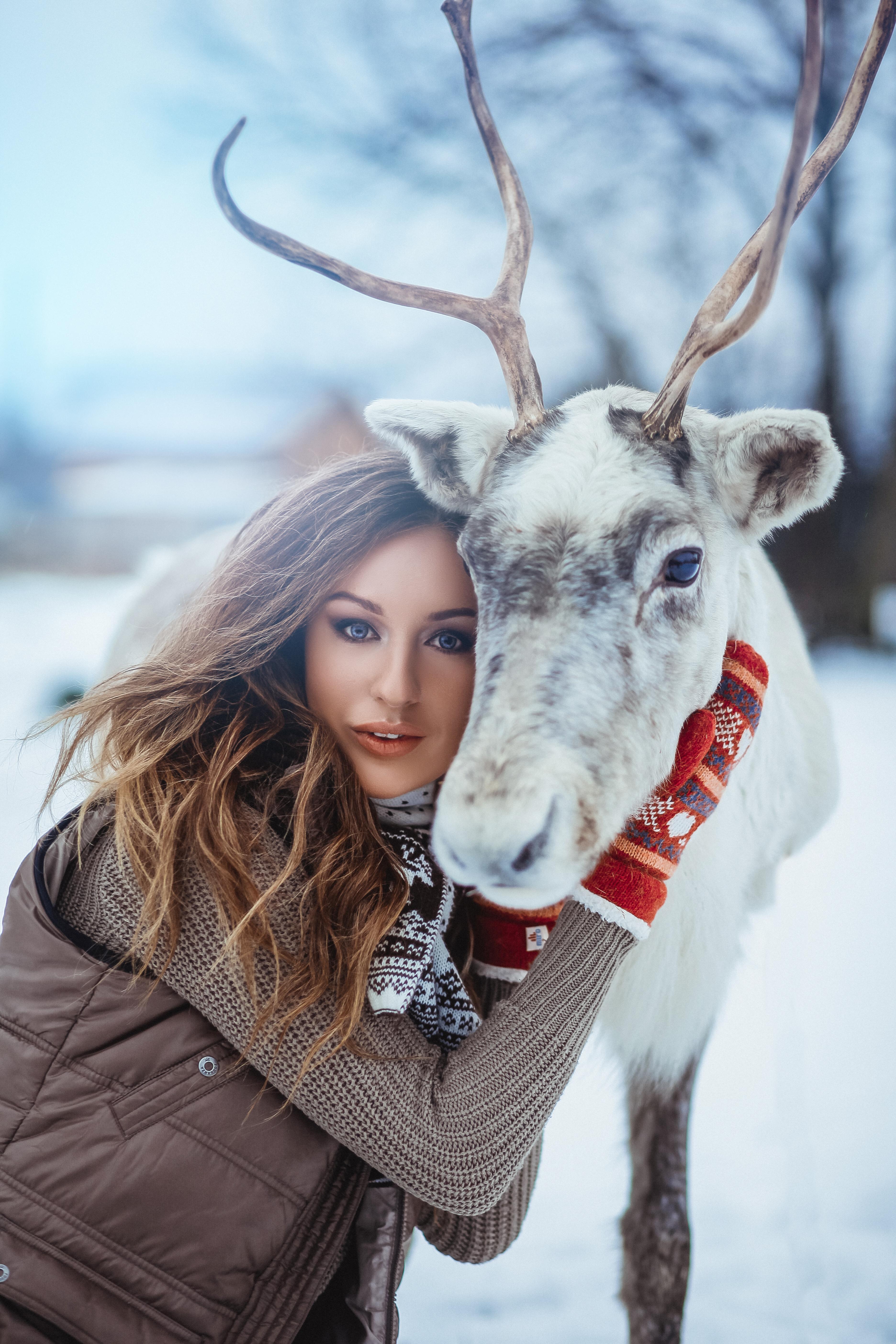 портрет девушки на зимнем фоне с оленем
