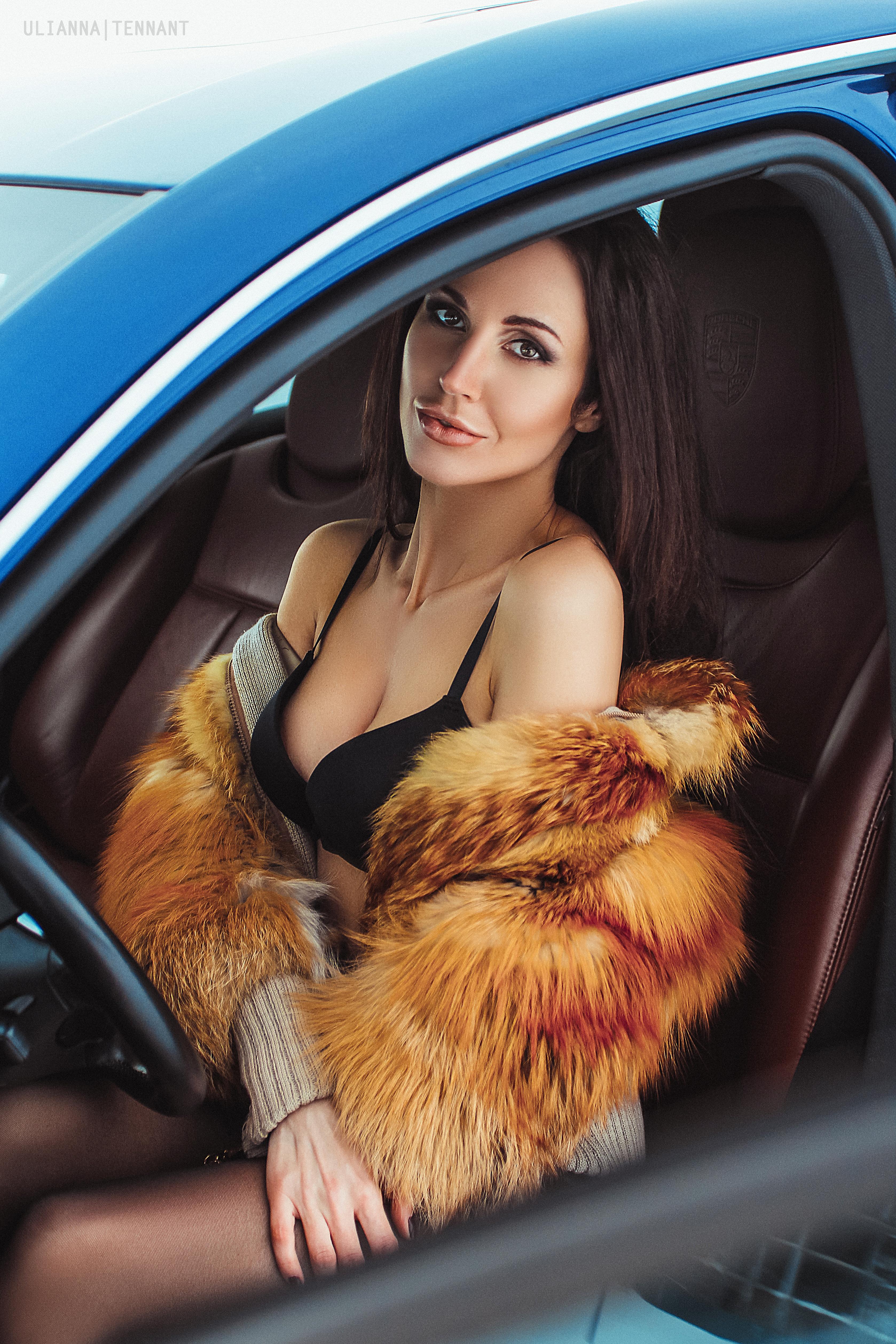 Красивая девушка в машине