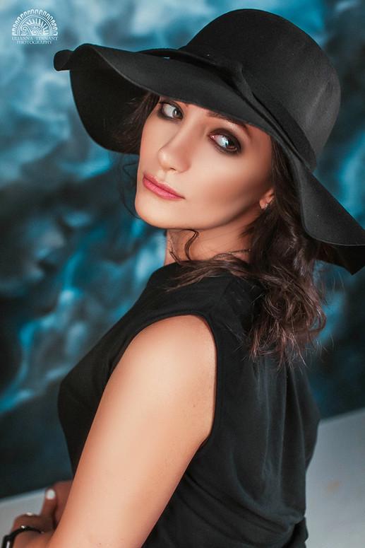 портрет девушки в чёрной шляпке