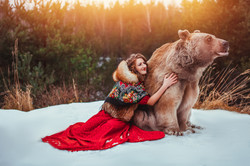 девушка в обнимку с медведем степаном