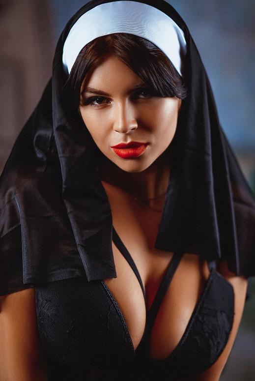 портрет девушки в костюме монахини