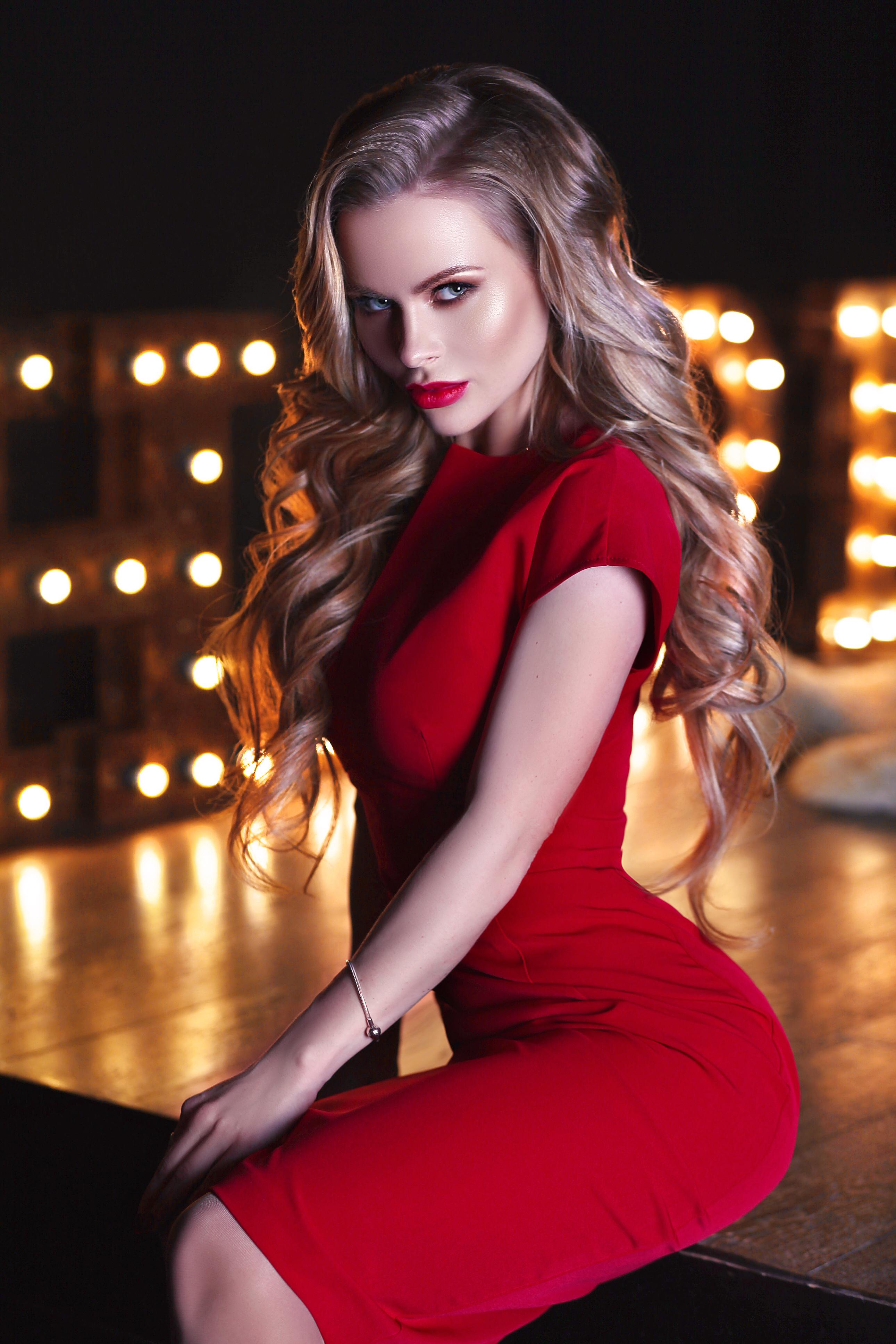 сексуальная блондинка в красном