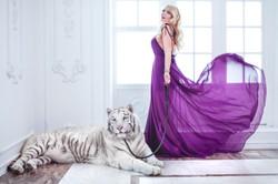 девушка в воздушном платье с тигром вайтом