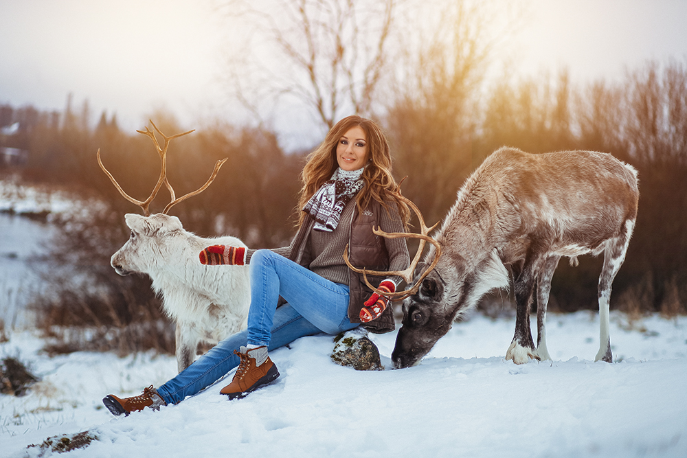 девушка между оленями