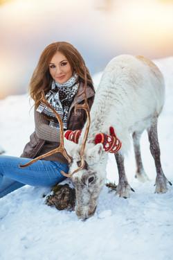 портрет девушки с белым оленем