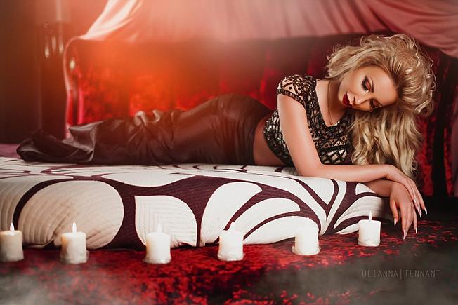 девушка на круглой кровати