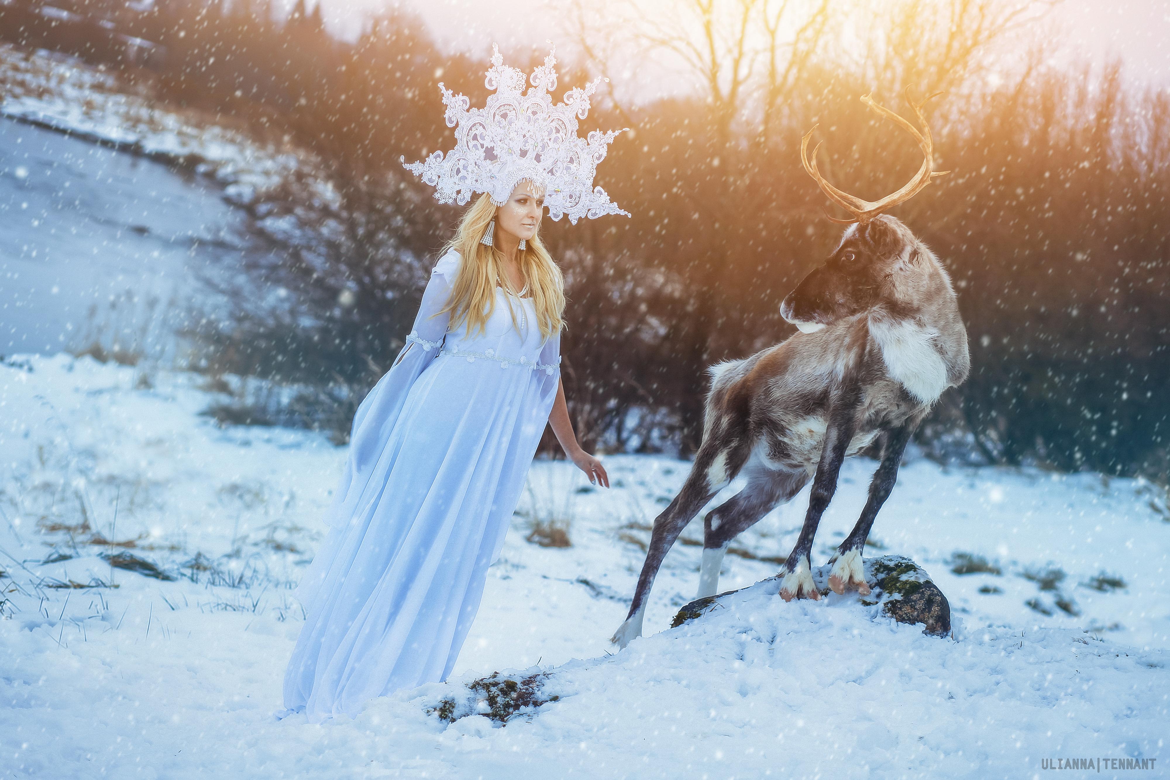 снежная королева в снегу с оленем
