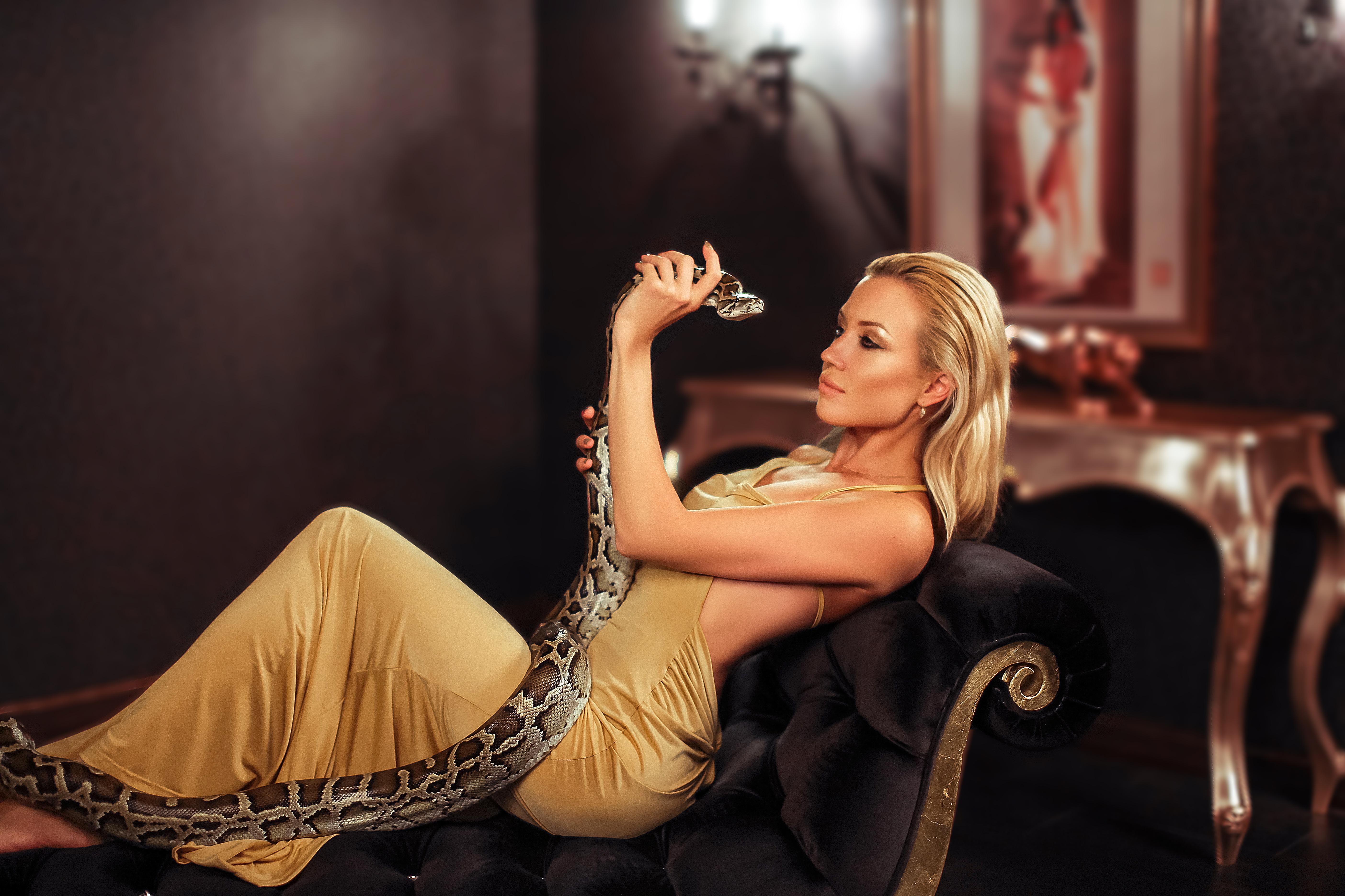 элегантная блондинка в золотом платье
