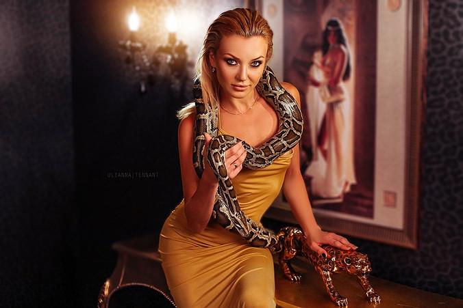 блондинка в золотом интерьере