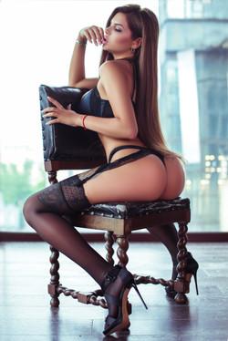 Красивая девушка на стуле
