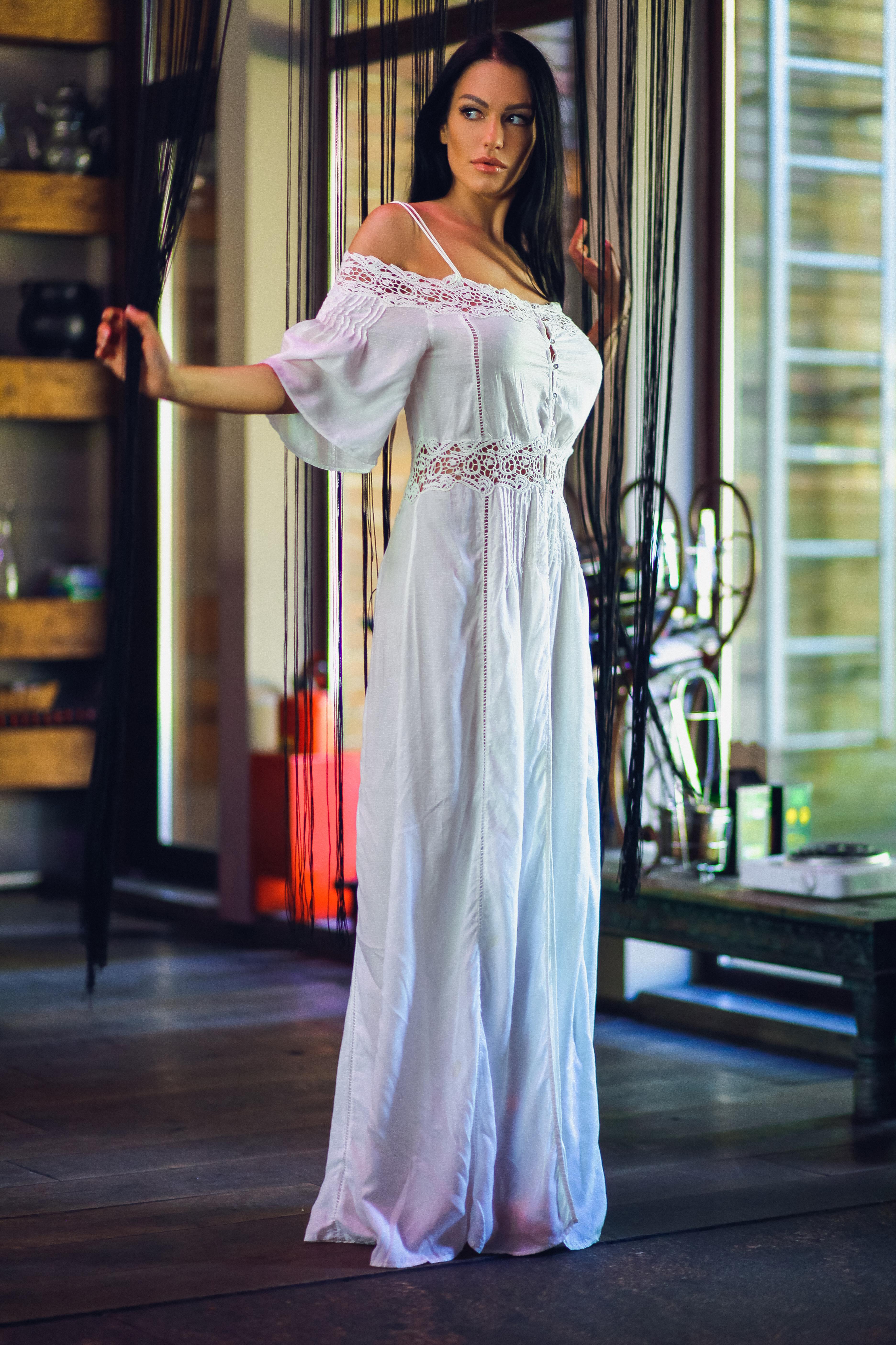брюнетка в легком летнем платье
