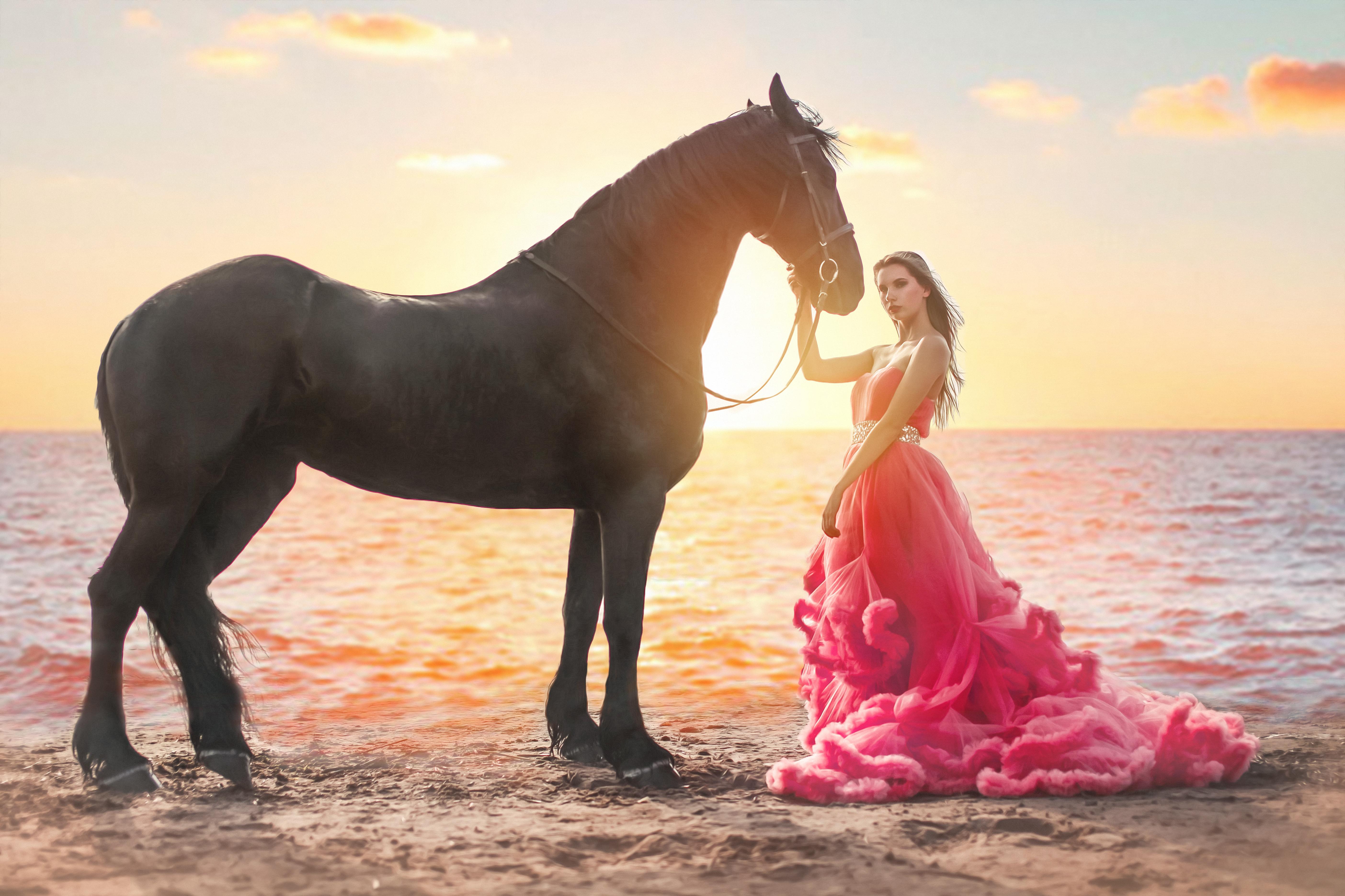 романтическое фото девушки на закате с лошадью