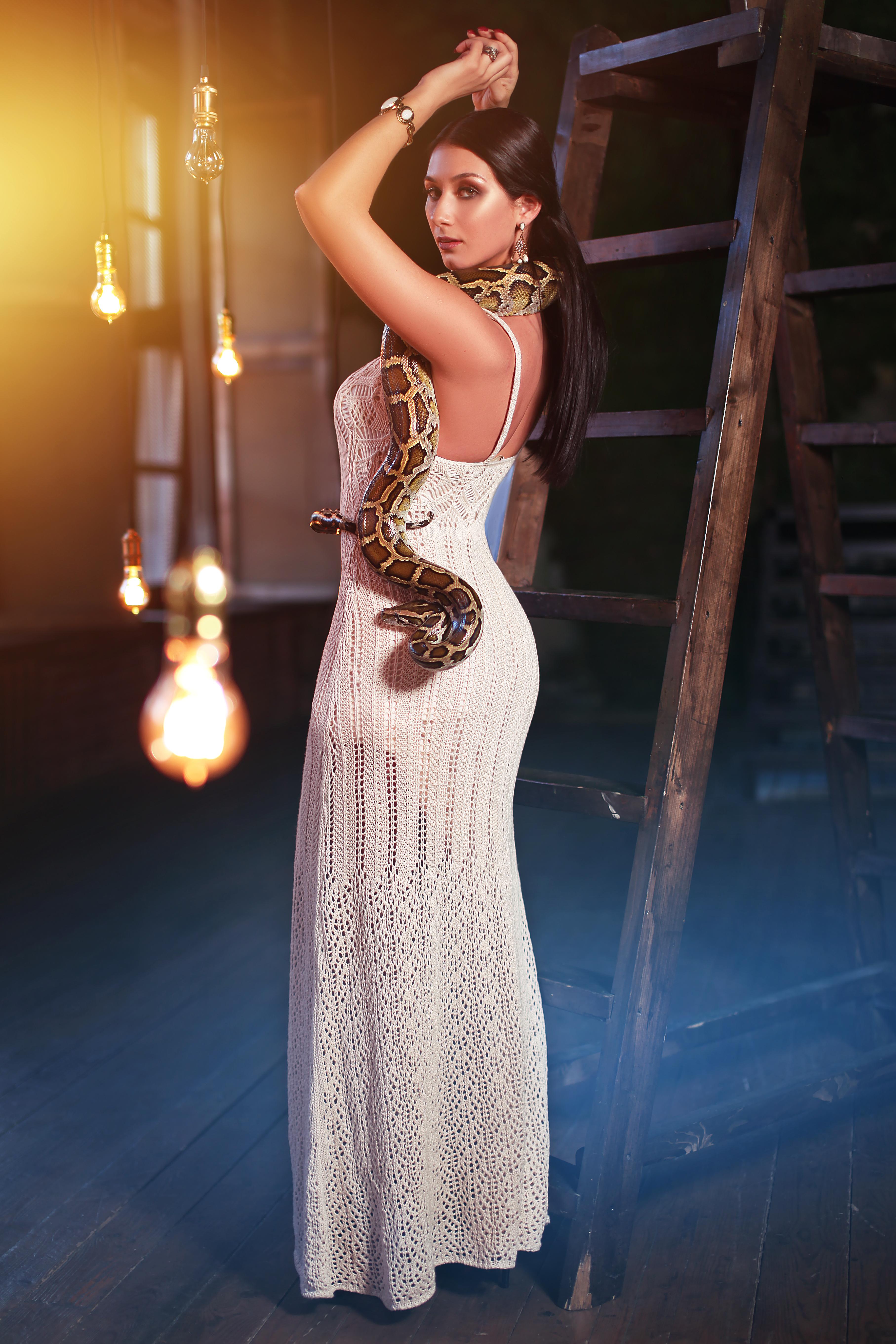 Яркая брюнетка со змеей