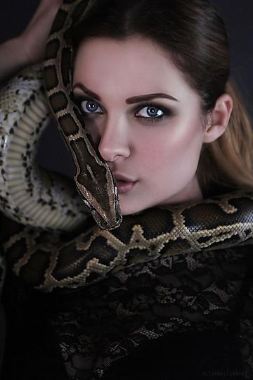 портрет девушки со змеей