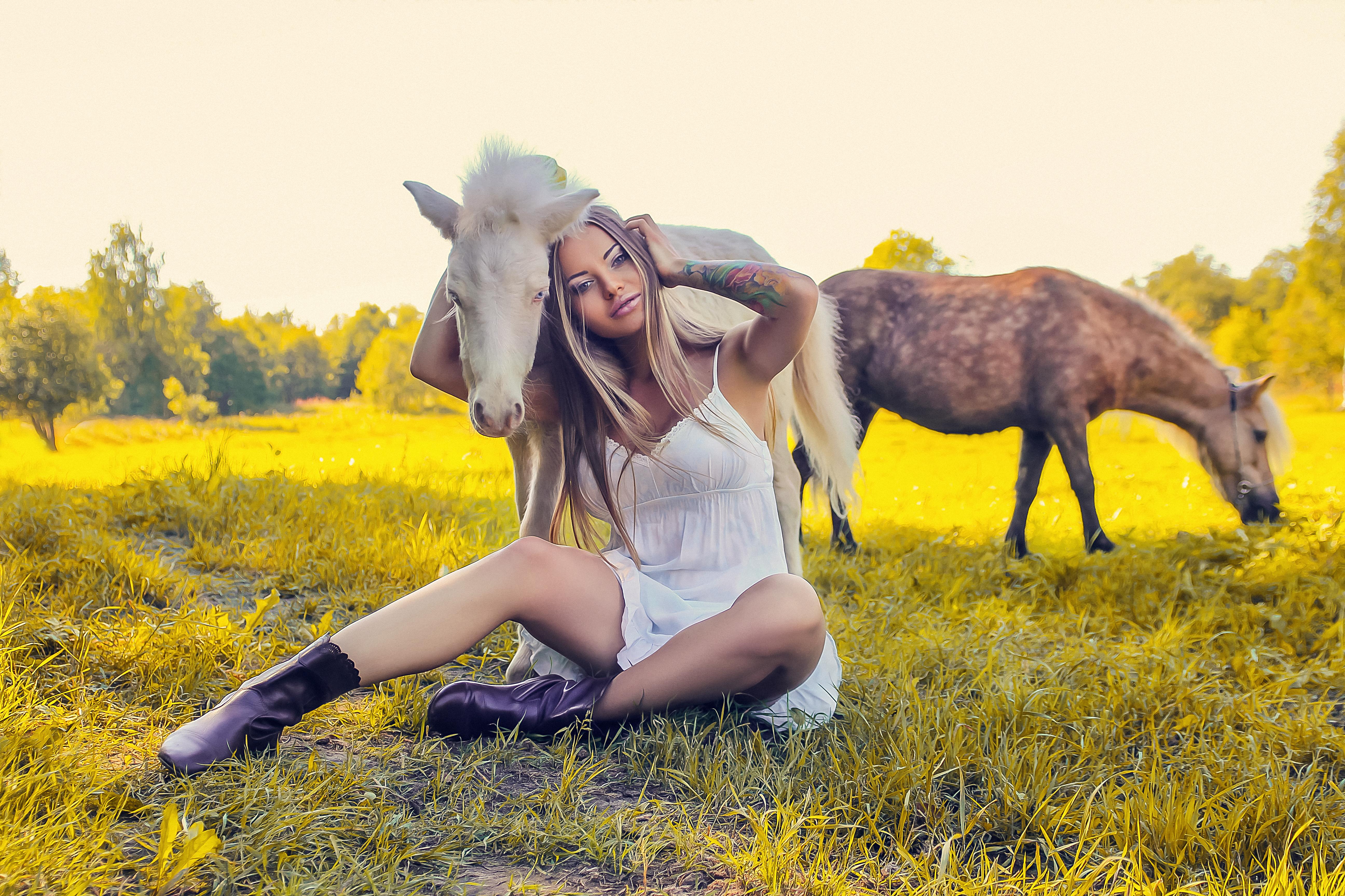 Модель и милые пони