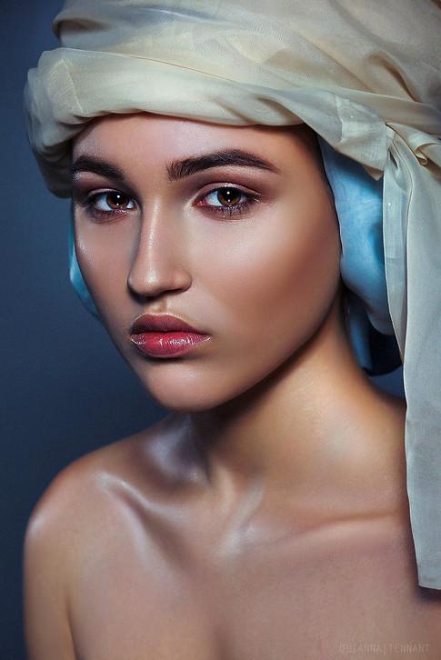 нежный портрет девушки в тюрбане