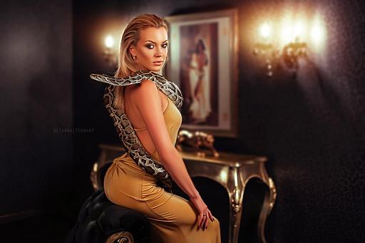 блондинка в золотом платье  со змеей