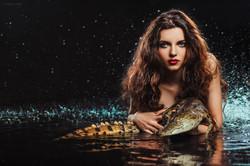 девушка в воде с крокодилом
