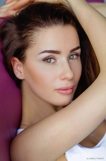 женский портрет девушки с зелеными глазами