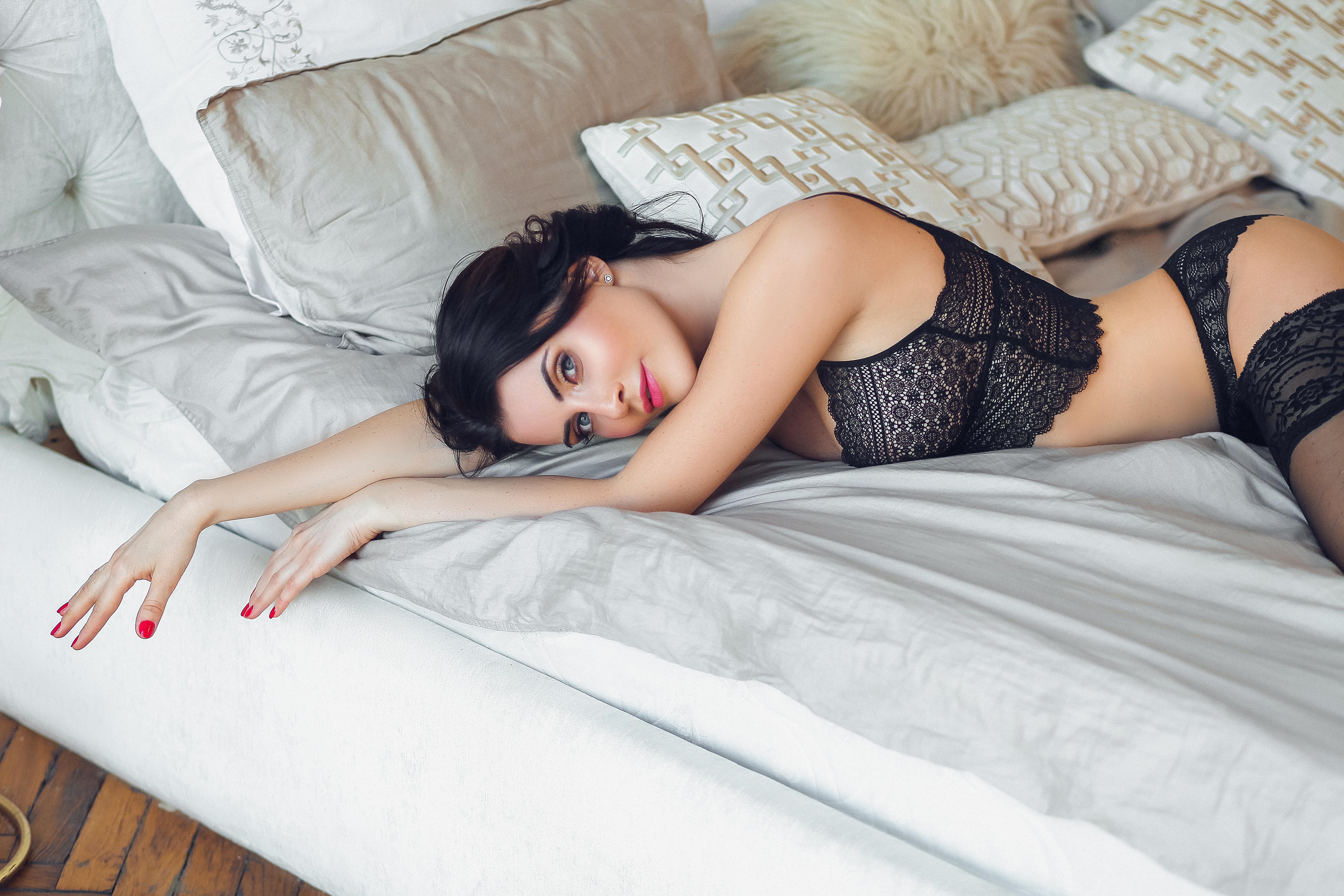 брюнетка на кровати
