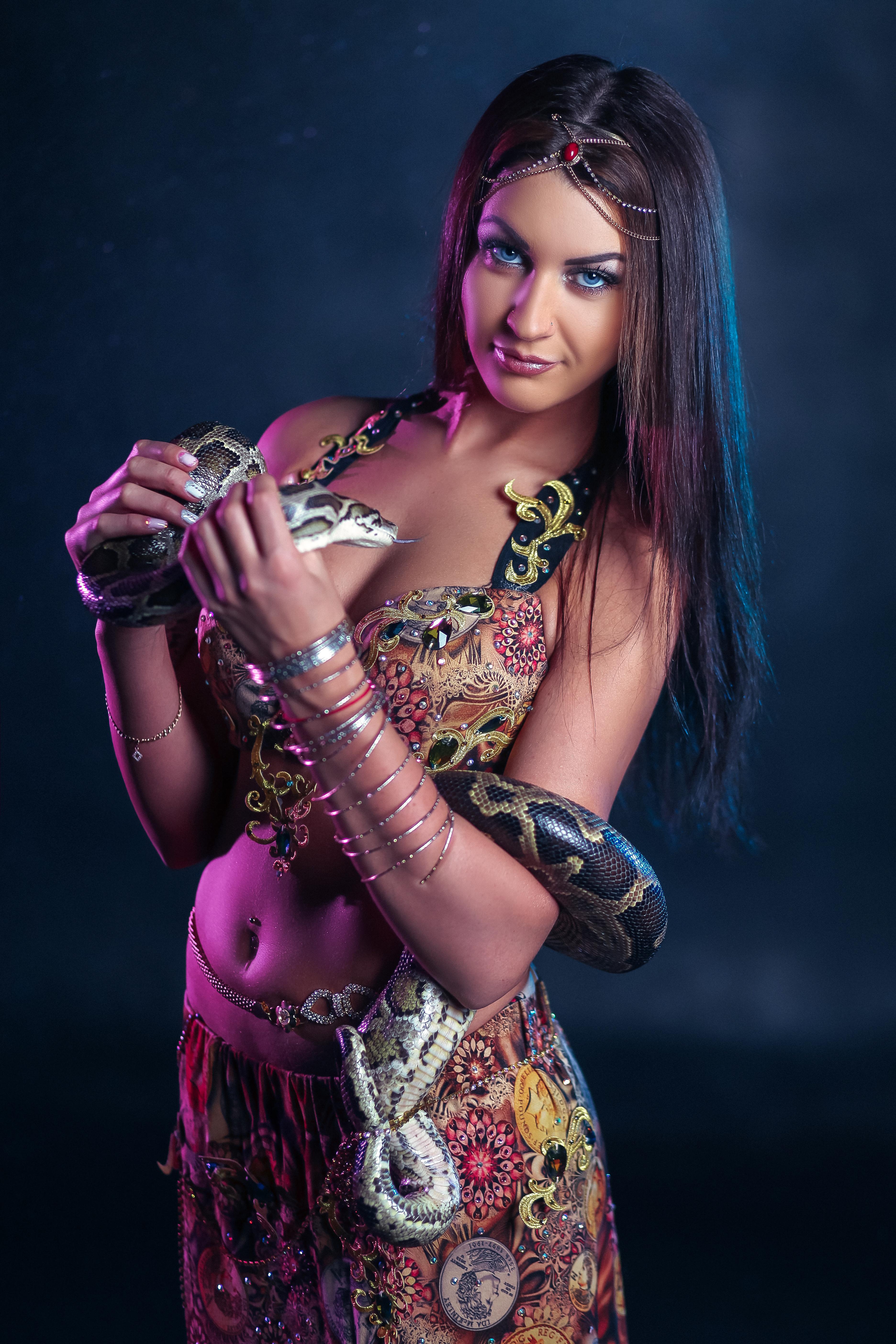 Девушка в восточном костюме со змеей