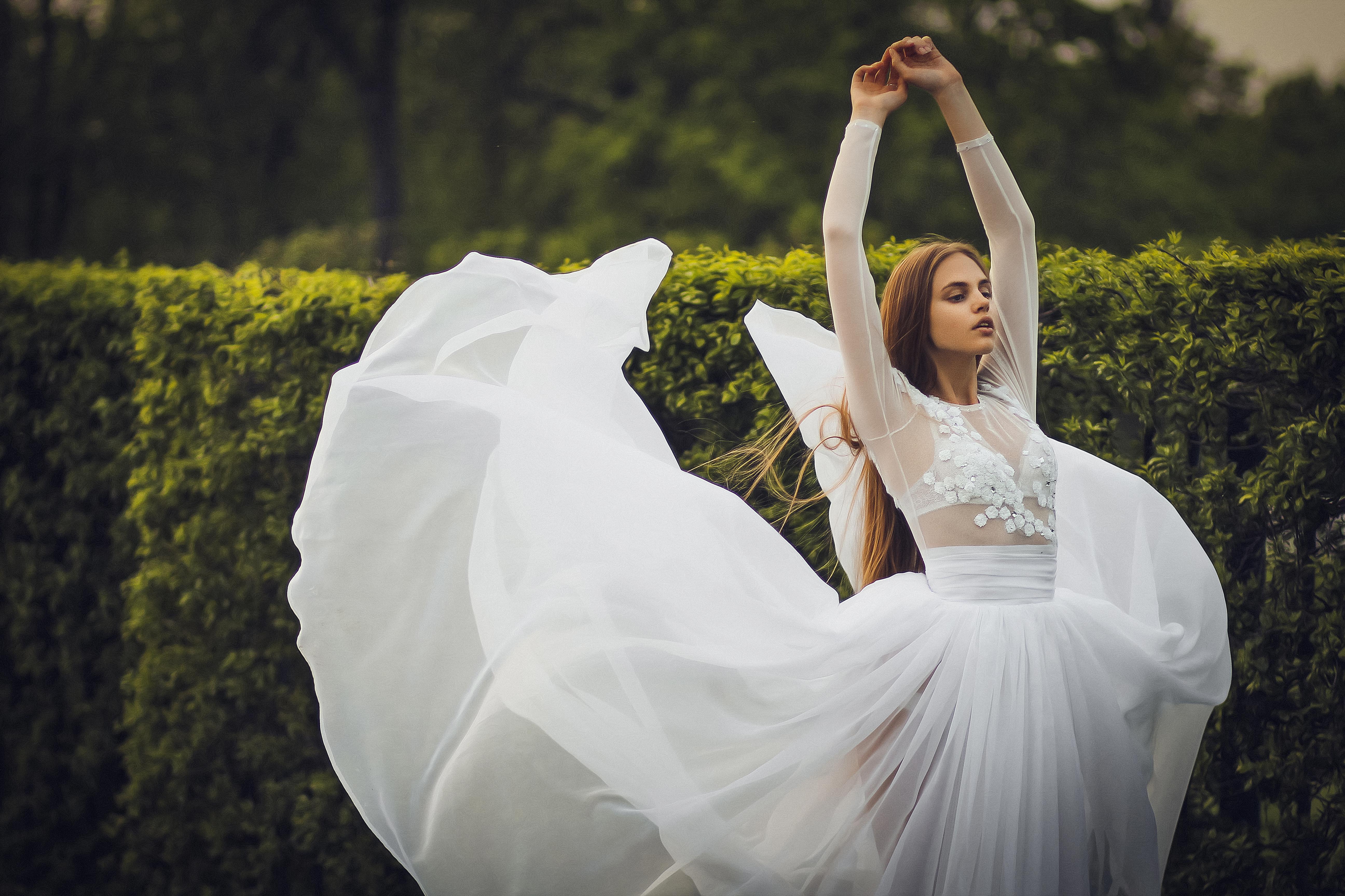 девушка в образе белого лебедя