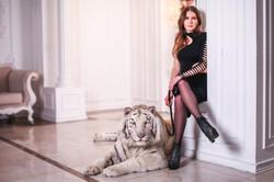 девушка с белым тигром