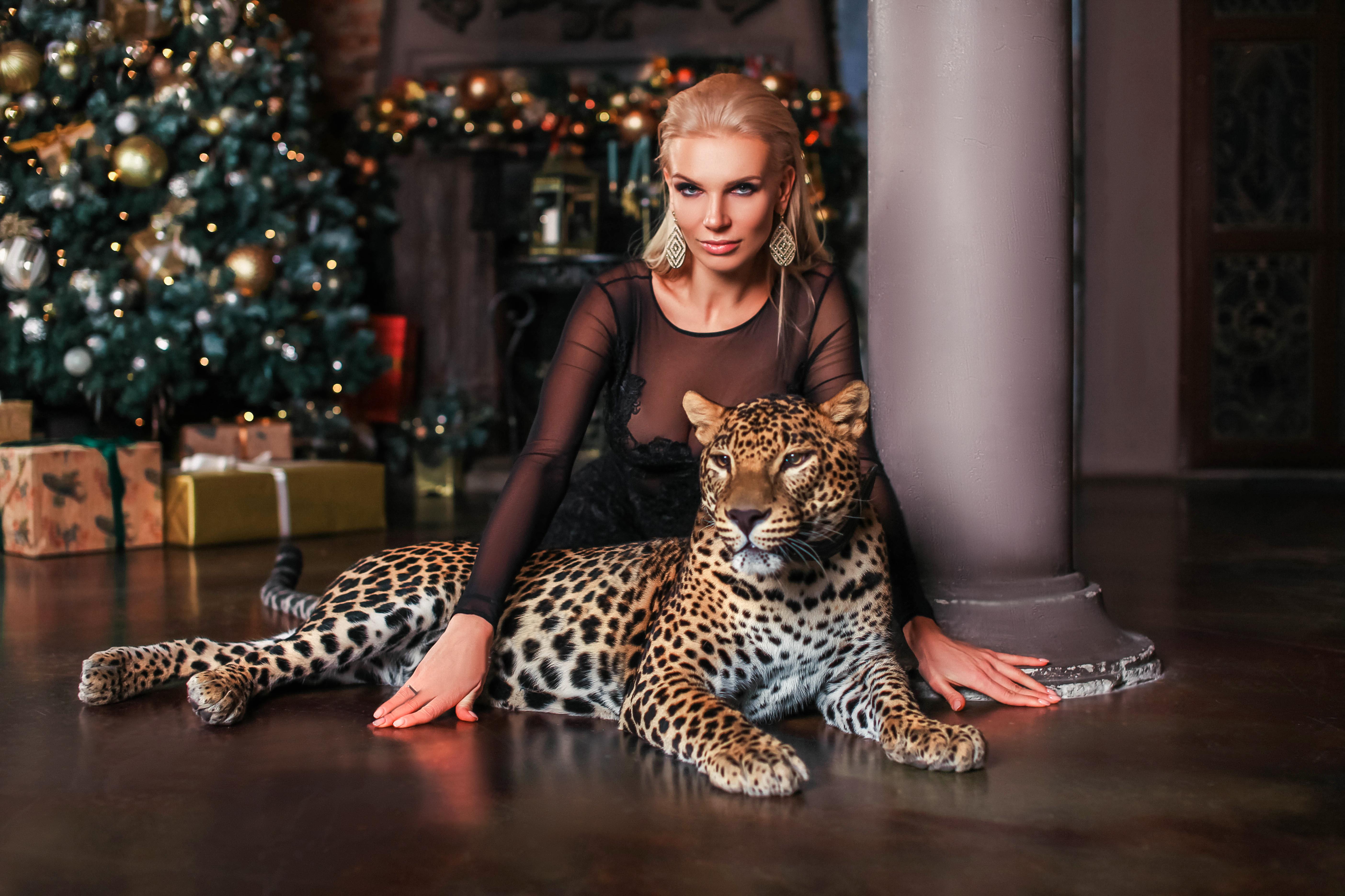 блондинка и дикий леопард