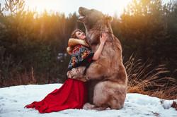 девушка в народной одежде и огромный медведь степан