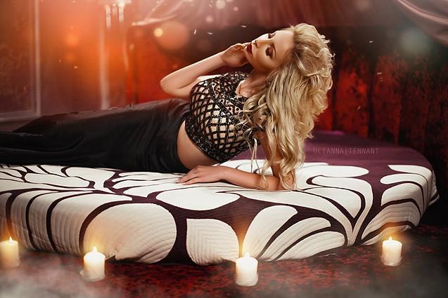 девушка на кровати и свечи
