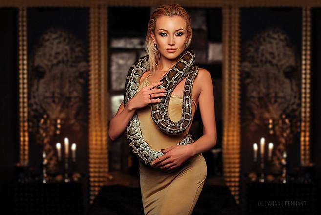 Девушка в золотом платье с питоном