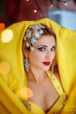 портрет девушки в желтом сари