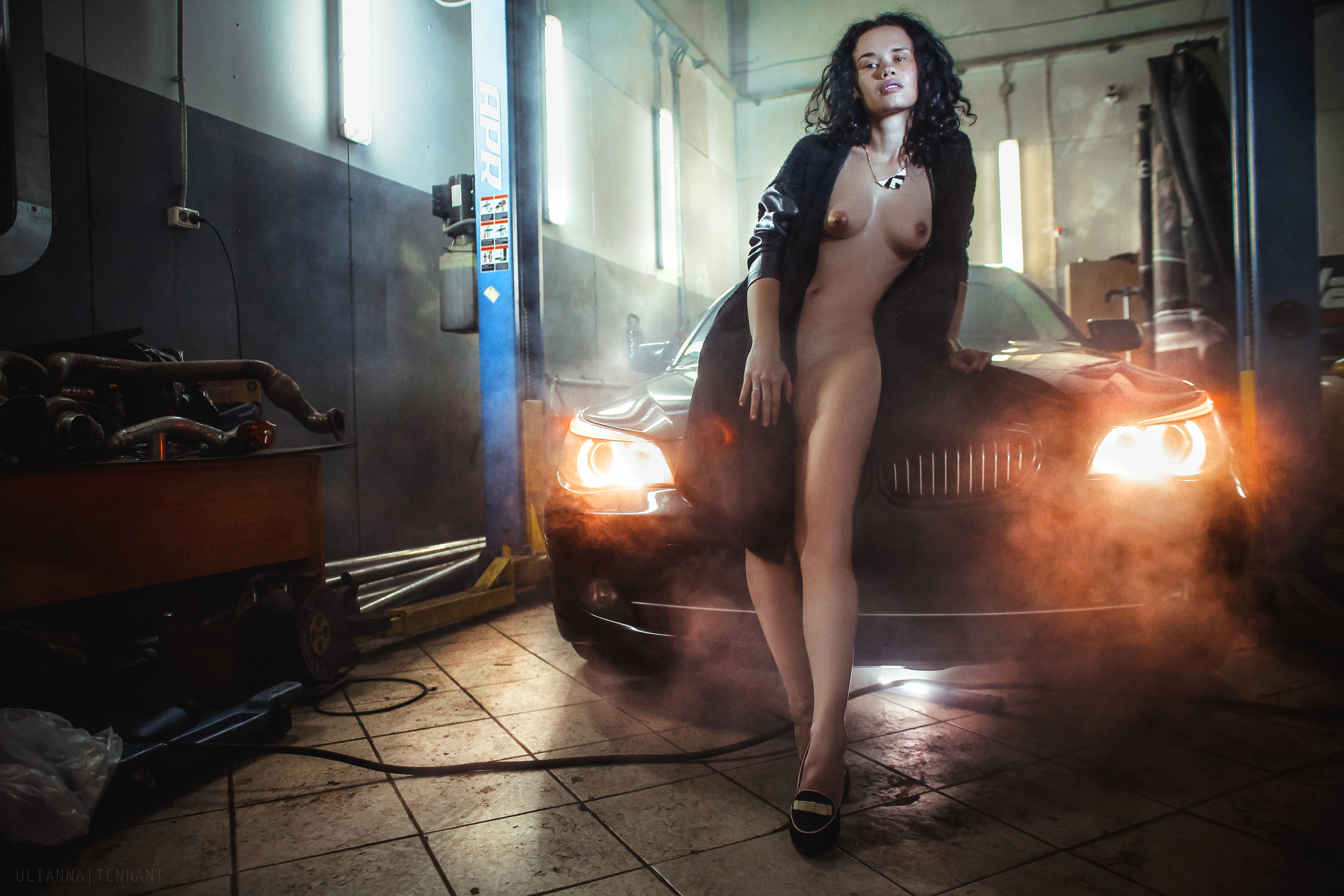 Обнаженная девушка у машины