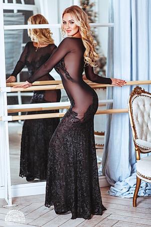 блондинка в прозрачном платье