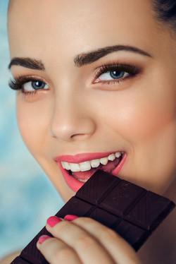 портрет крупным планом девушки с шоколадкой