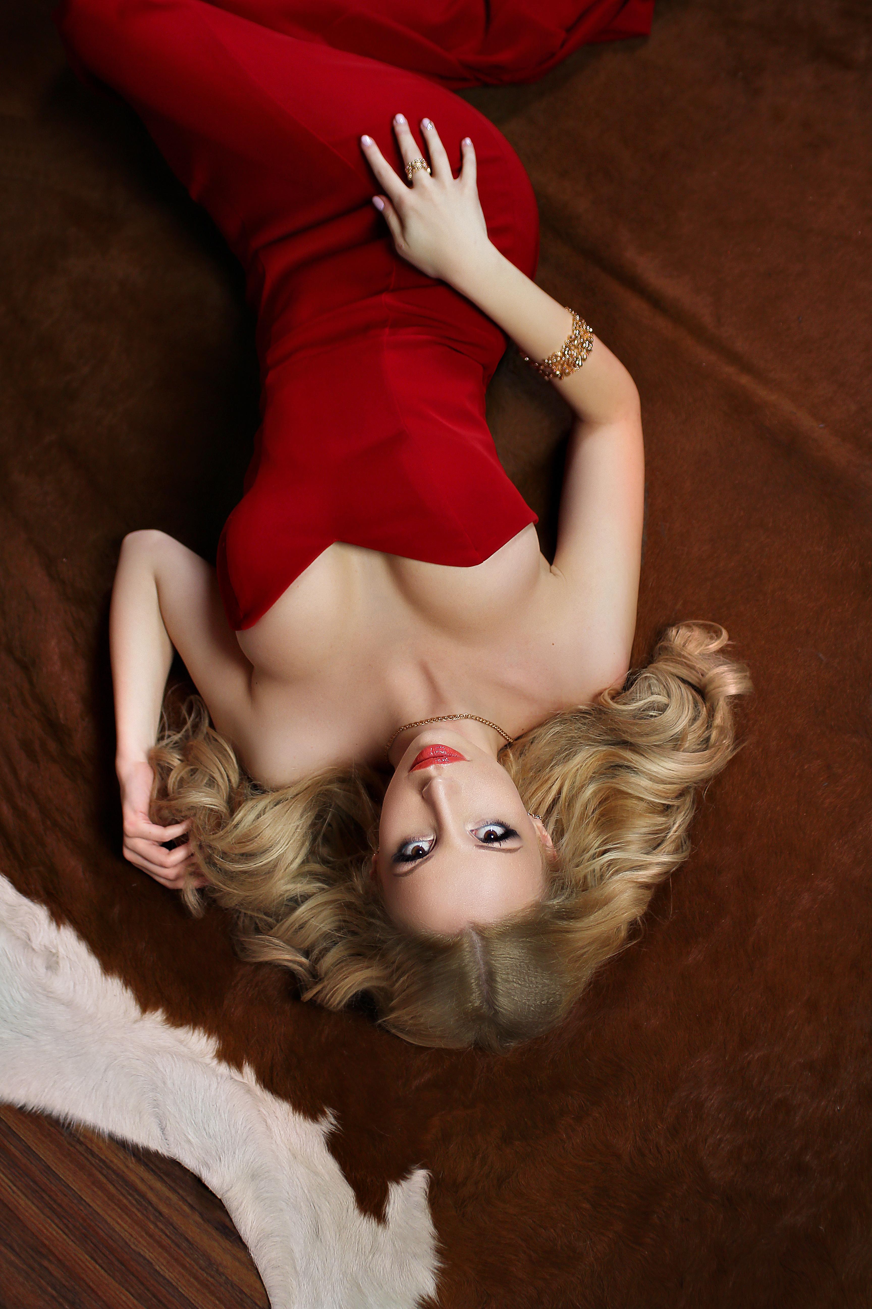 шикарная блондинка на полу