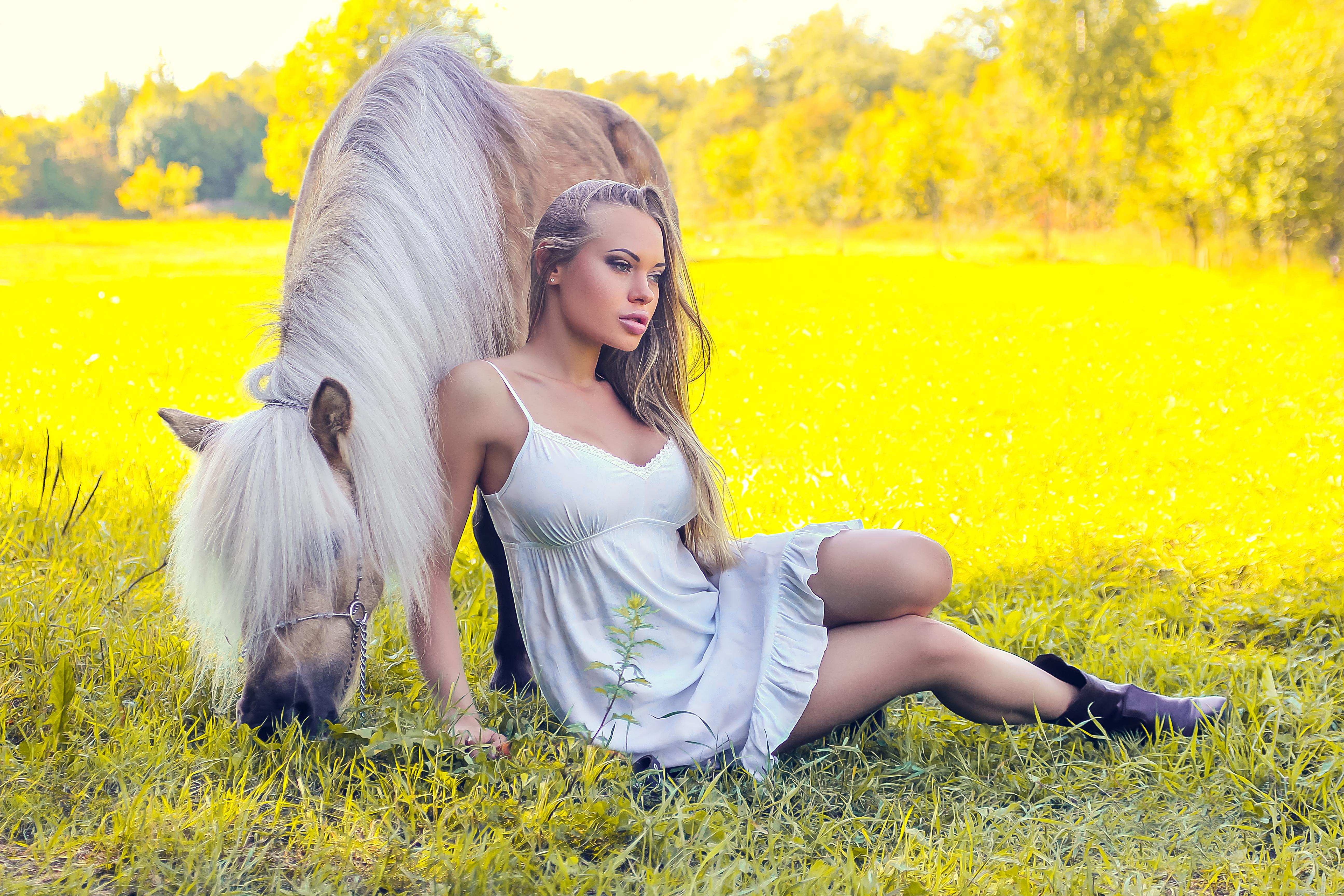 Девушка и пони
