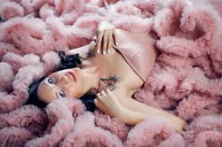 фотография девушки в розовом платье облаке