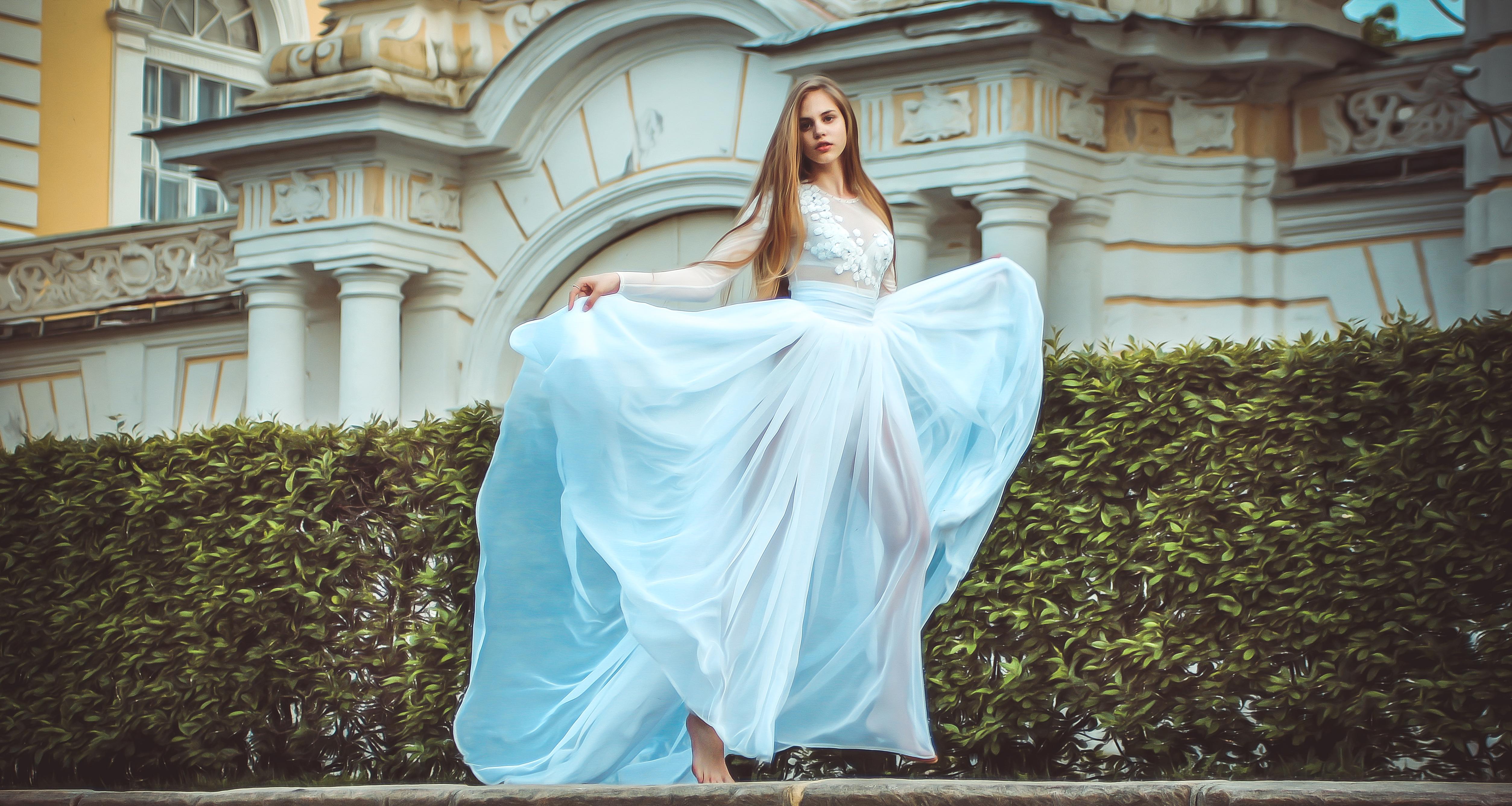 бегущая на встречу девушка в воздушном платье