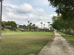Campo e área para estacionamento