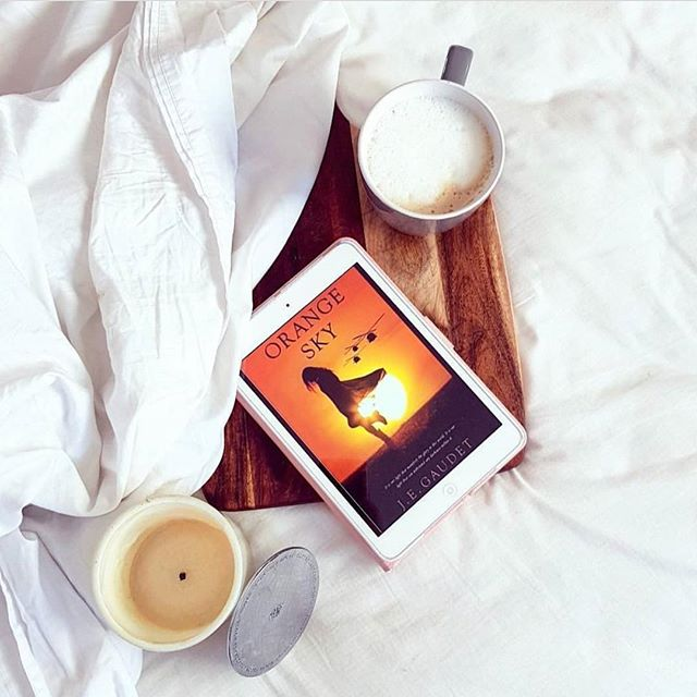 Coziness, coffee, candle and an inCredible read 😜 thank you _theromanceroomblog for this post of Or